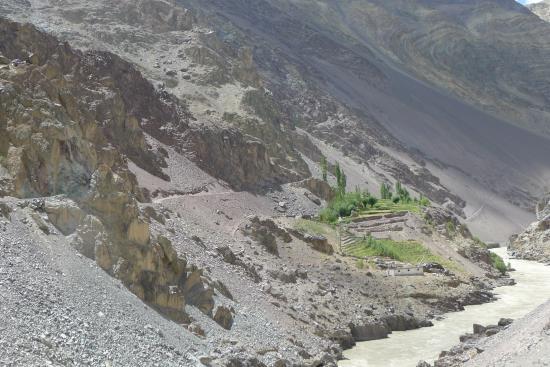 래프팅하러 계곡을 거슬러 올라가는 길, 황폐한 돌 산 위에 푸른 밭과 집 몇 채가 기적처럼 놓여있었다.
