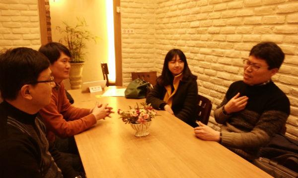 2015년 1월 16일 회복적 생활교육 좌담회 1월 16일 전주도청 인근 커피숍에서 정승훈(46), 손준철(43), 박희진(28), 권혜수(43) 영생고 교사가 '회복적 생활교육'에 대한 이야기를 나누고 있다.