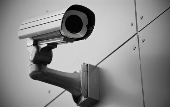 어린이집 내 CCTV 설치 확대에 대한 의견이 엇갈리고 있다.