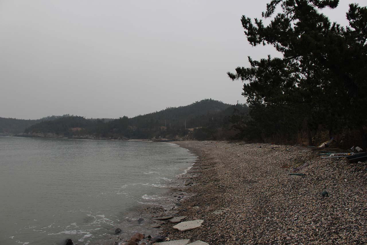 모래로 유명한 당사도에 고운 자갈로 이뤄진 작지가 있다.