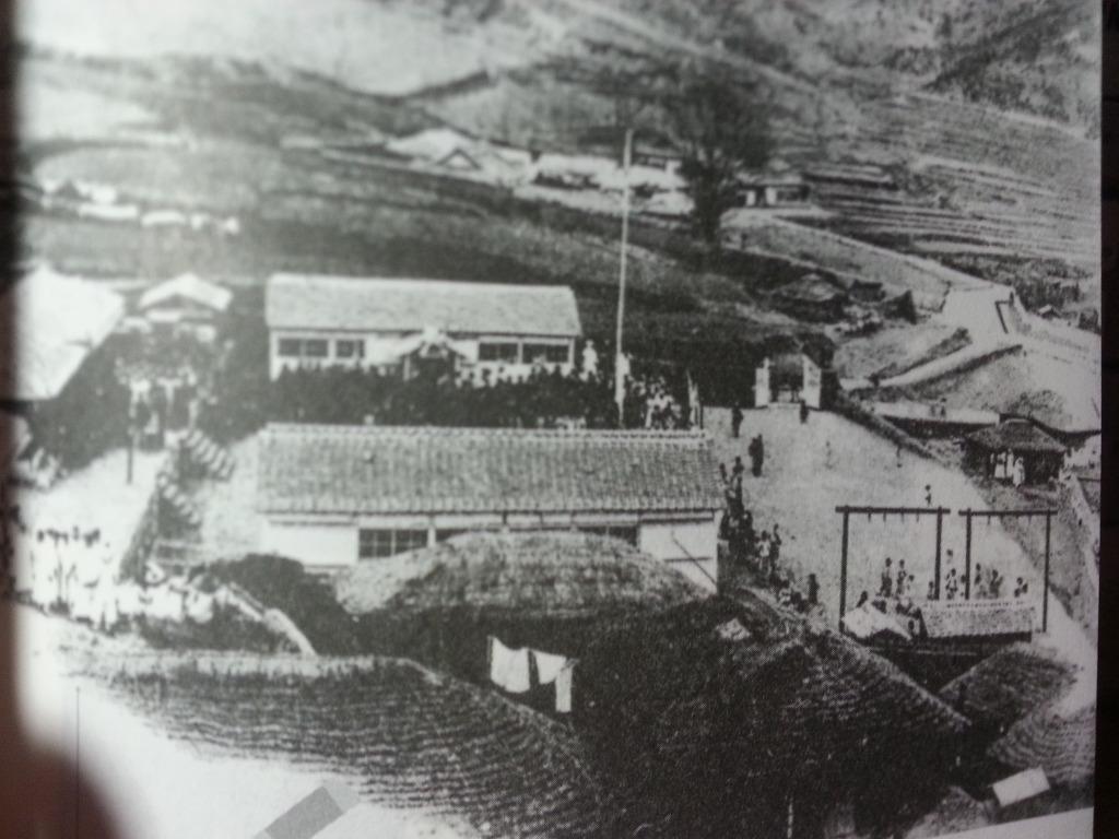 강화도조약 당시 진무영의 훈련장에서 일본군대가 군사 훈련을 하고 있고, 이를 강화부민들이 구경하고 있다.