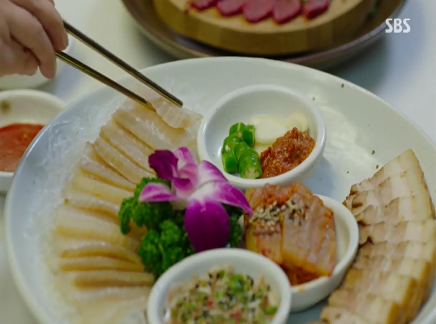 <펀치>에서 홍어삼합은 이태준 검찰총장이 좋아하는 음식으로, 그의 힘을 상징했다.