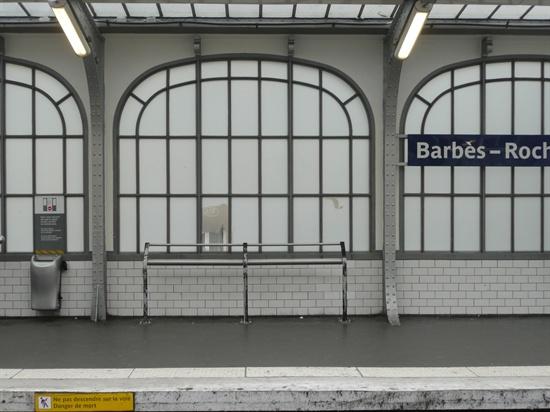 파리 지하철 역 내에 있는 서서 기댈 수 있도록 한 철판. 이것도 노숙인들의 이용을 저지하기 위해서 만든 것이다.