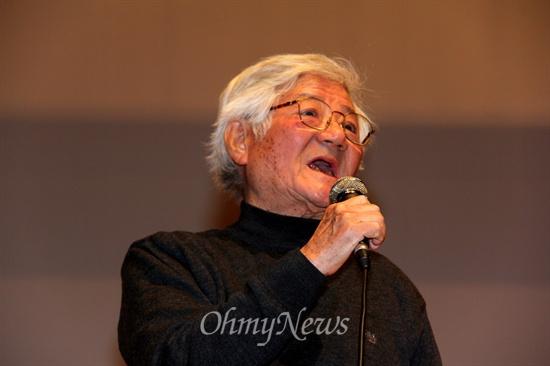 채현국(79) 양산 효암학원 이사장이 28일 저녁 진주시청소년수련관 다목적강당에서 진주문고가 마련한 인문강좌에서 강연하고 있다.