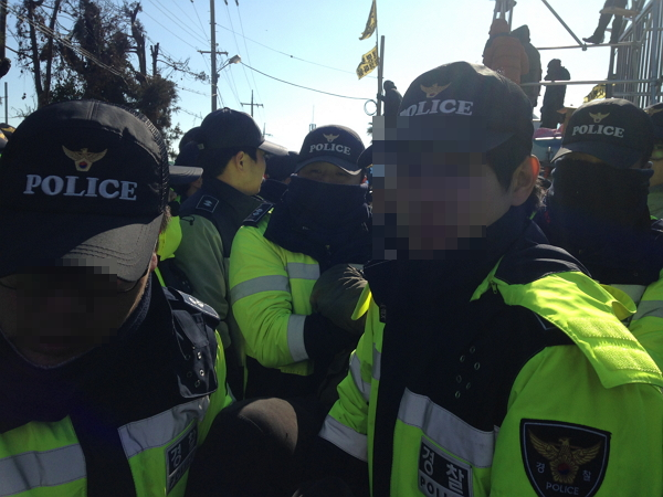 강제철거에 가담한 경찰  31일 오후 강정 해군 기지 군 관사 공사 현장 앞에서 진행된 행정대집행(강제철거)과정에서 경찰이 시민단체 회원을 들어내고 있다.