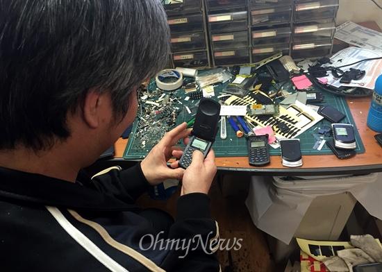 중고 스타택 쇼핑몰 '조이텍'을 운영하는 용아무개 대표가 경기도 고양시 덕양구 사무실에서 스타택7760 모델을 살펴보고 있다.