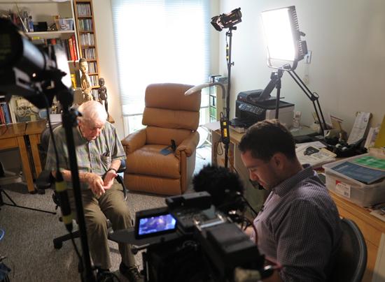 인류학자 Sidney Mintz 교수와 인터뷰하는 다니엘 튜더.