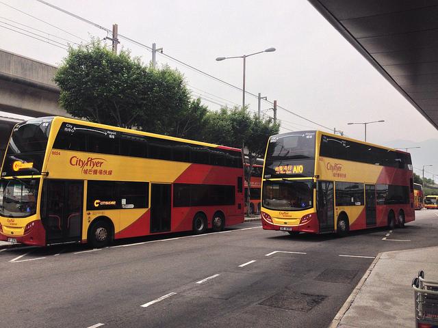 홍콩의 이층버스, 영국 버스제조사의 차량들이 홍콩에서 사용되고 있다. 홍콩에서 운행되는 차량은 대부분 영국의 ADL이나 Wrightbus에서 제작하여 공급하고 있다.