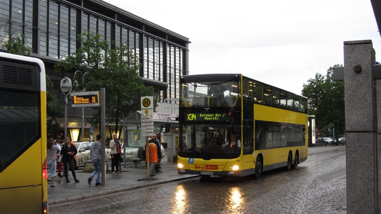 독일 베를린에서 운행되고 있는 이층버스 MAN에서 제작한 Lion's City DD 차량이 사용되고 있다. 입석승객 포함하여 총 128명이 탑승할 수 있으며, 출입문 3개, 이층으로 올라가는 계단이 2군데 설치되어 있다.