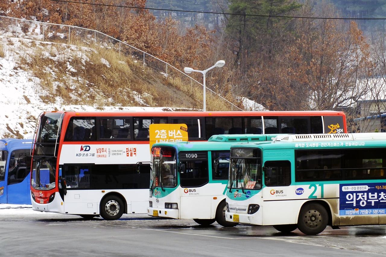 일반 시내버스와 나란히 주차된 이층버스