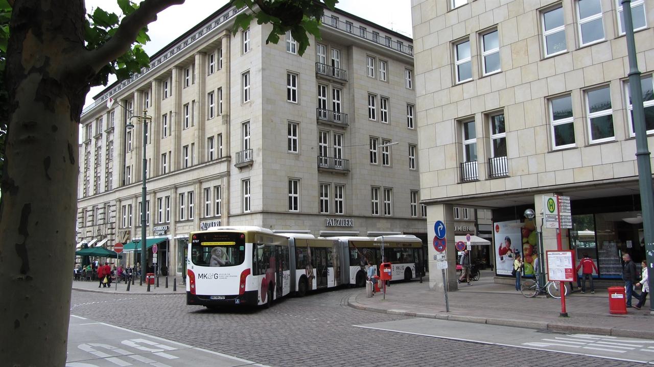 수평으로 확대한 독일의 시내버스, 최대 25m까지 길이를 확장한 굴절버스. 이중굴절버스(Bi-articulated bus)로 승차정원은 입석포함 180명 이상이며 독일 함부르크시 메트로버스 5번 노선에서 운행되고 있다. 이 5번 시내버스 노선에서만 하루 6만명의 시민을 수송하고 있다.