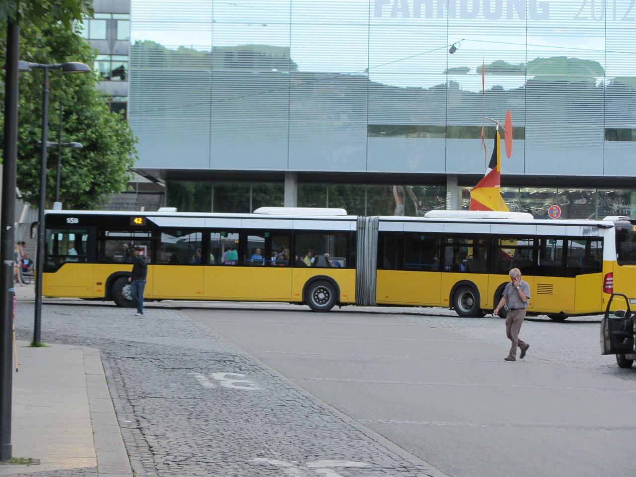 기존의 굴절버스보다 용량을 더 증대한 굴절버스 독일 슈트트가르트에서 운행중인 시내버스로 기존 18m급 굴절버스보다 조금 더 긴 굴절버스로서 한번에 더 많은 승객을 수송하기 위한 방안으로 길이가 확장된 굴절버스이다.