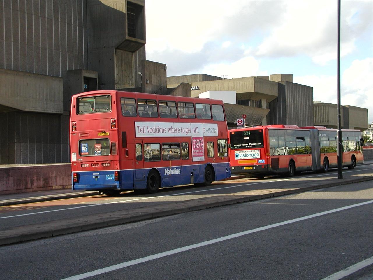 영국의 이층버스와 굴절버스 흔히 영국은 이층버스만 있는 것으로 생각하지만, 영국에서도 최근 굴절버스를 도입하는 사례가 많아지고 있다. 바쁜 현대인들의 생활패턴에선 출입문이 2개인 이층버스 보다는 출입문이 3개 혹은 4개인 굴절버스가 훨씬 승하차 시간 개선에 도움이 되며, 운행 정시성 확보에도 도움이 된다. 하지만 영국의 명물 이층버스라는 상징이 없어지는 것에 대한 반발로 인해 이층버스도 여전히 사랑받고 있다.