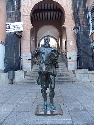 세르반테스 톨레도 성 인근에 서 있는 세르반테스 동상. 톨레도는 세르반테스의 주 활동 무대였다.