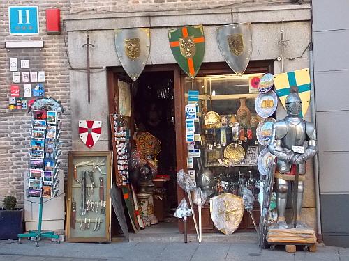 톨레도 톨레도는 예로부터 철제 산업이 발달했다. 그래서인지 중세시대 기사들이 쓰던 칼과 방패들을 파는 기념품 가게들이 많았다.