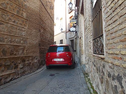 좁은 골목길 톨레도의 골목길은 무척 좁다. 그런데 저 좁은 곳으로도 자동차가 다녔다.