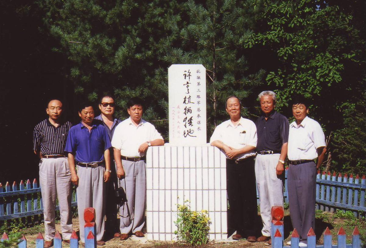 경안현 대라진 청봉령 들머리에 세워진 허형식 희생기념비를 경안현 중국공산당 관계자와 함께 찾아가다(필자는 기념비 오른쪽20008. 8. 촬영).