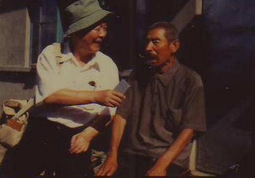 청송령 들머리 풍림촌 호로 손환무(오른쪽. 당시 82세) 씨에게 허형식 장군 생전 활약상을 듣다.