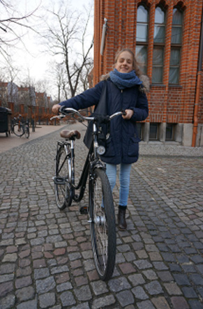 등하교길은 항상 자전거를 타고 다닌다는 프라피아가 인터뷰를 마치고 활짝 웃어보이고 있다.