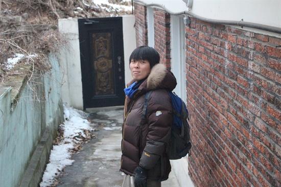 김기민씨가 성북동 공동주택 '따로 또 같이' 앞에 서 있다.