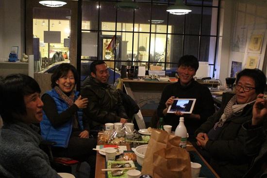 1월 30일, 성북동 '동네공간'에서 김기민씨의 환송회가 열리고 있다. 이날 기민씨는 자신의 여행계획과 함께 예전에 다녀온 여행 이야기를 공유했다.
