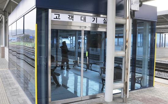 예산역 승강장에 새로 설치된 대합실.