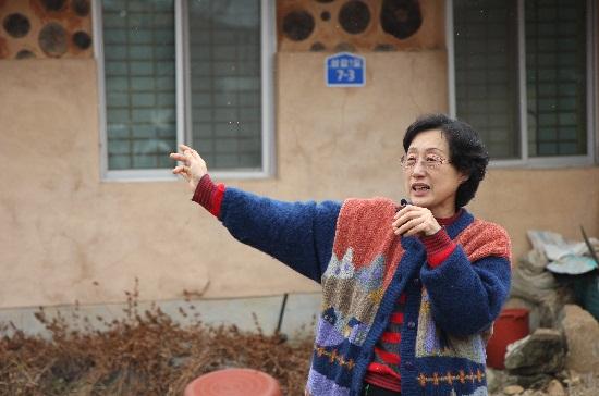 나눔협동조합 박영숙 대표가 청양군 상갑리 자택 앞에서 시민지원농업을 설명하고 있다.