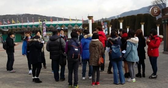 서울랜드 입구에서 참가자들이 삼삼오오 모여들기 시작했다.