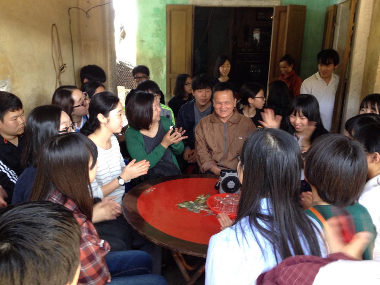 빈호아 학살의 생존자 도안응이아 아저씨댁에서 모질고 힘겨웠던 지난 이야기를 들었다.