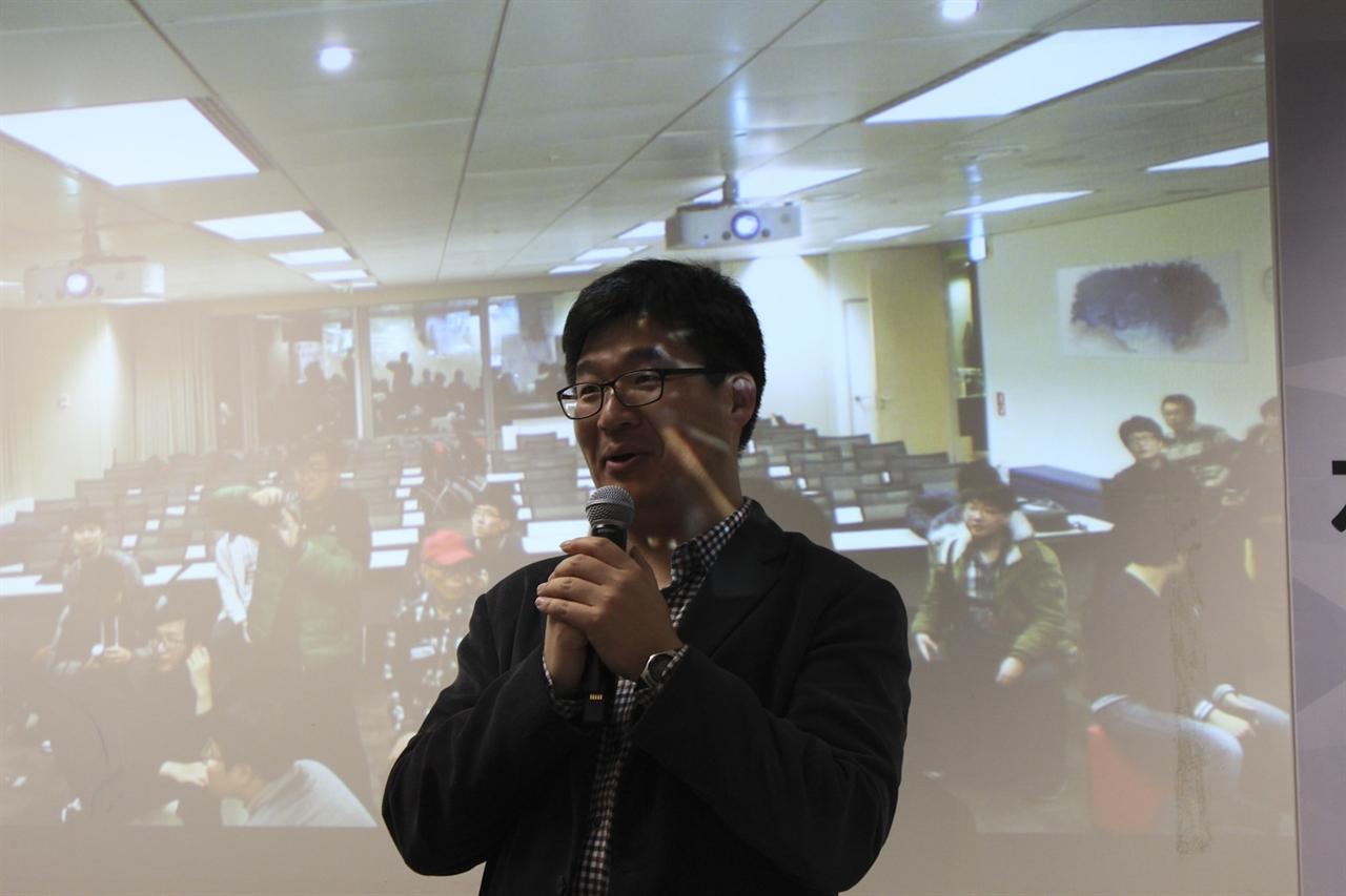 위키미디어 한국지부 류철 집행위원장 모임에 앞서 간단한 소개를 하고 있다.