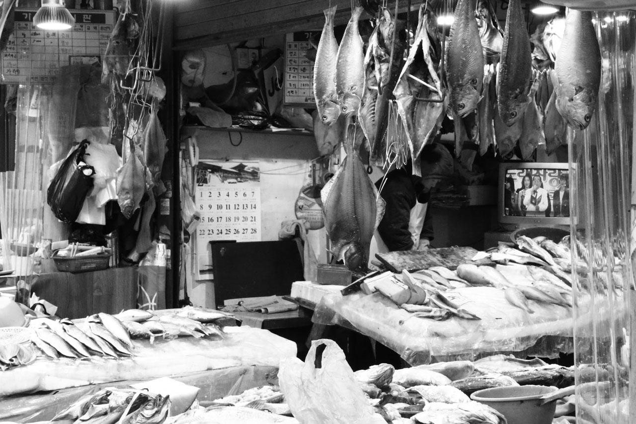 황지 자유시장 황지자유시장 초입에 위치한 건어물 가게엔 동해와 그리 멀지 않아서인지 싱싱한 생선들이 가득하다.
