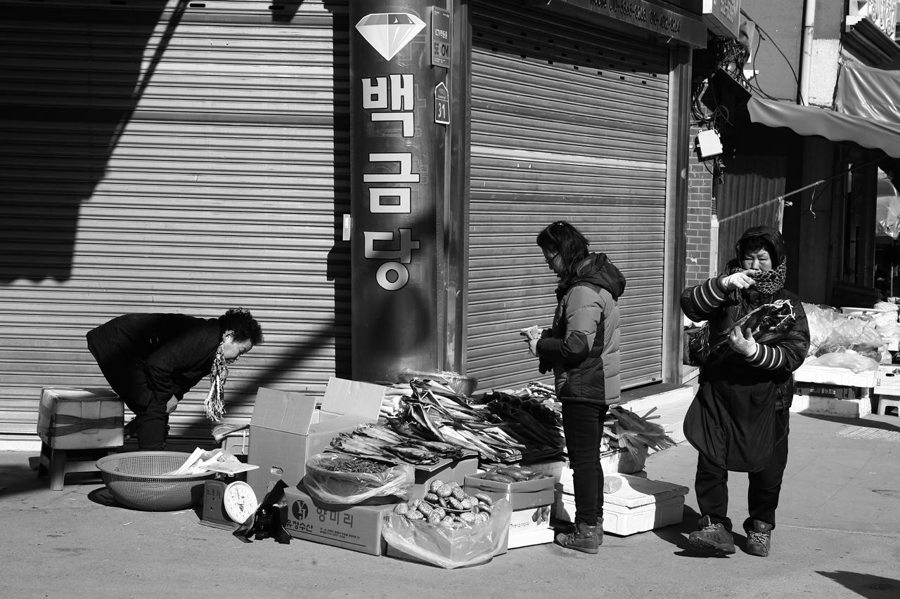 황지재래시장 황지자유시장 근처의 길목마다 좌판을 벌여놓은 분들이 계셨다. 추운 날씨에 몹시도 을씨년 스러워 보였다.