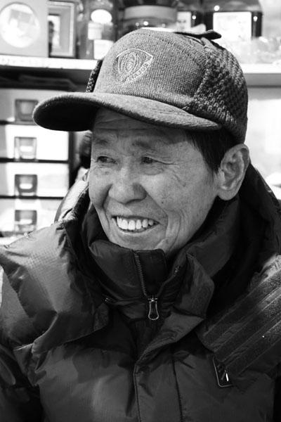 신진제유 김학수 씨 신진제유 김학수(79세)의 맑은 웃음, 평생 태백에 살면서 호황기와 불황기 모두 경험하고 있는 중이다.