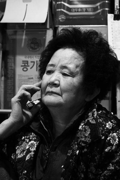신진제유 김길자 씨 김길자(75세) 씨와 남편 김학수 씨가 한 살림을 한 지 53년이 되었다고 한다. 낯선 이방인에게 커피를 권하고, 스스럼 없이 대화를 나눌만큼 그들의 마음은 넓었다.