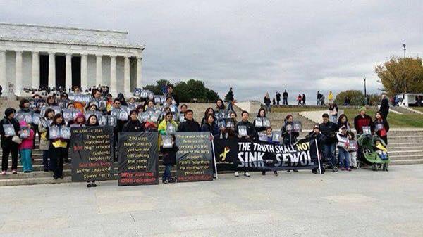 세월호 참사 진상규명 촉구 시위 2014년 10월 세월호 참사의 진상규명을 촉구하며 미주동포들이 워싱턴에서 시위를 하고 있다