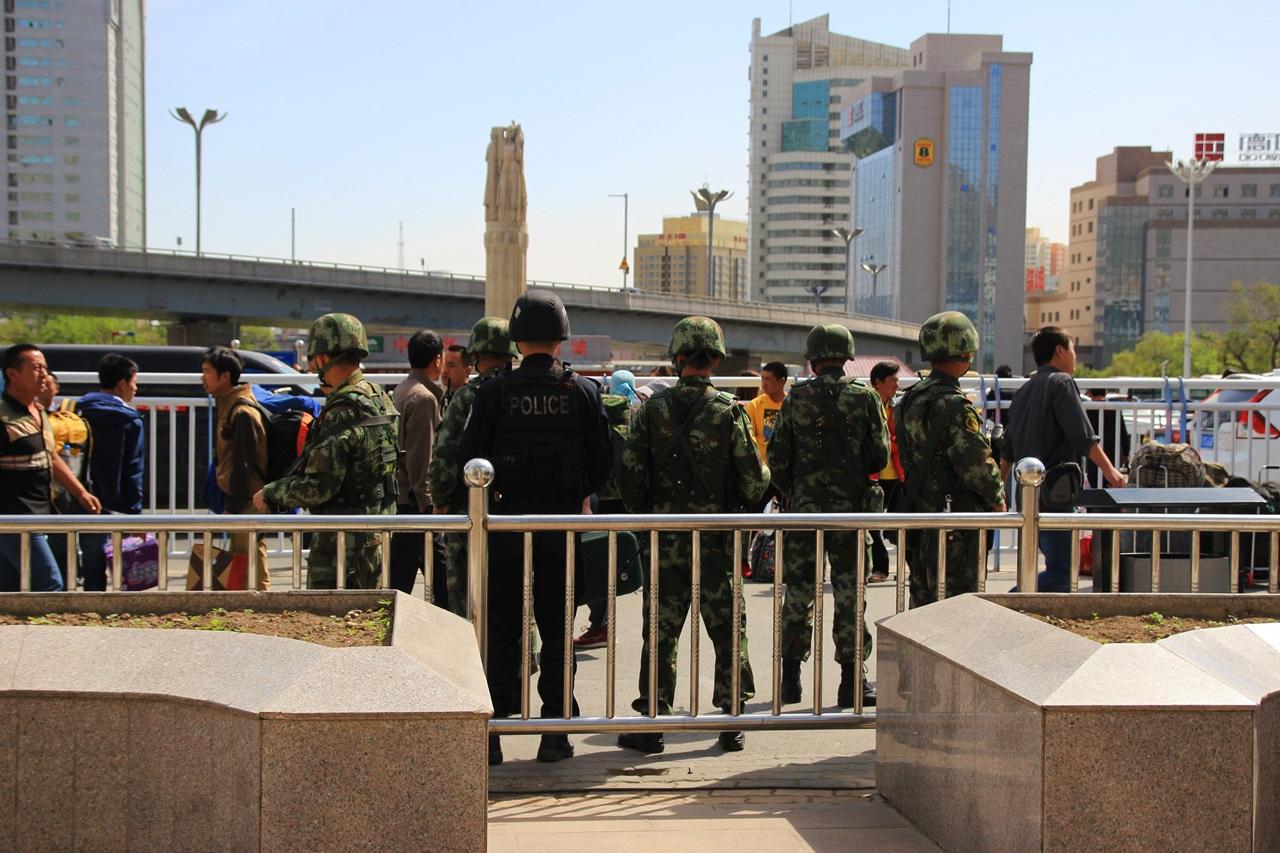 기차역앞 공안들 얼마전 테러가 있었던 기차역.
