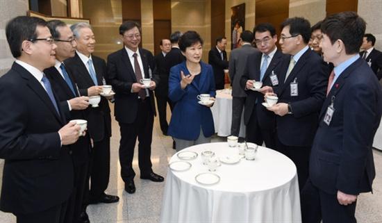 지난 1월 26일 박근혜 대통령이 올해 첫 수석비서관회의 주재를 앞두고 신임 수석·특보들과 차를 마시며 이야기하고 있다. 정면에서 봤을 때 대통령 왼쪽에 서 있는 이가 우병우 청와대 민정수석.