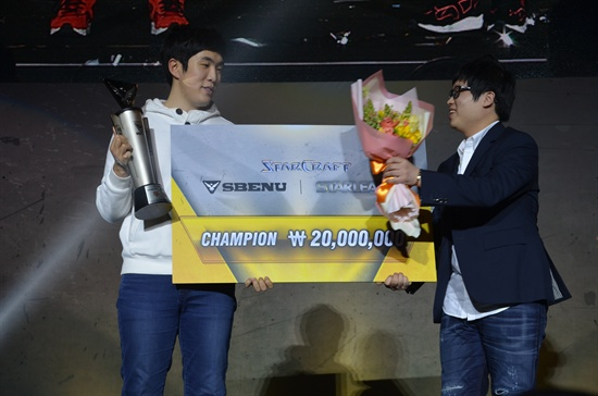 스타크래프트 마니아들 사이에 'BJ 소닉'으로 잘 알려진 황현진 스베뉴 대표(오른쪽)가 15일 서울 잠실 학생체육관에서 열린 소닉 스타리그 결승전에서 승리한 최호선 선수에게 트로피와 우승 상금을 전달하고 있다.