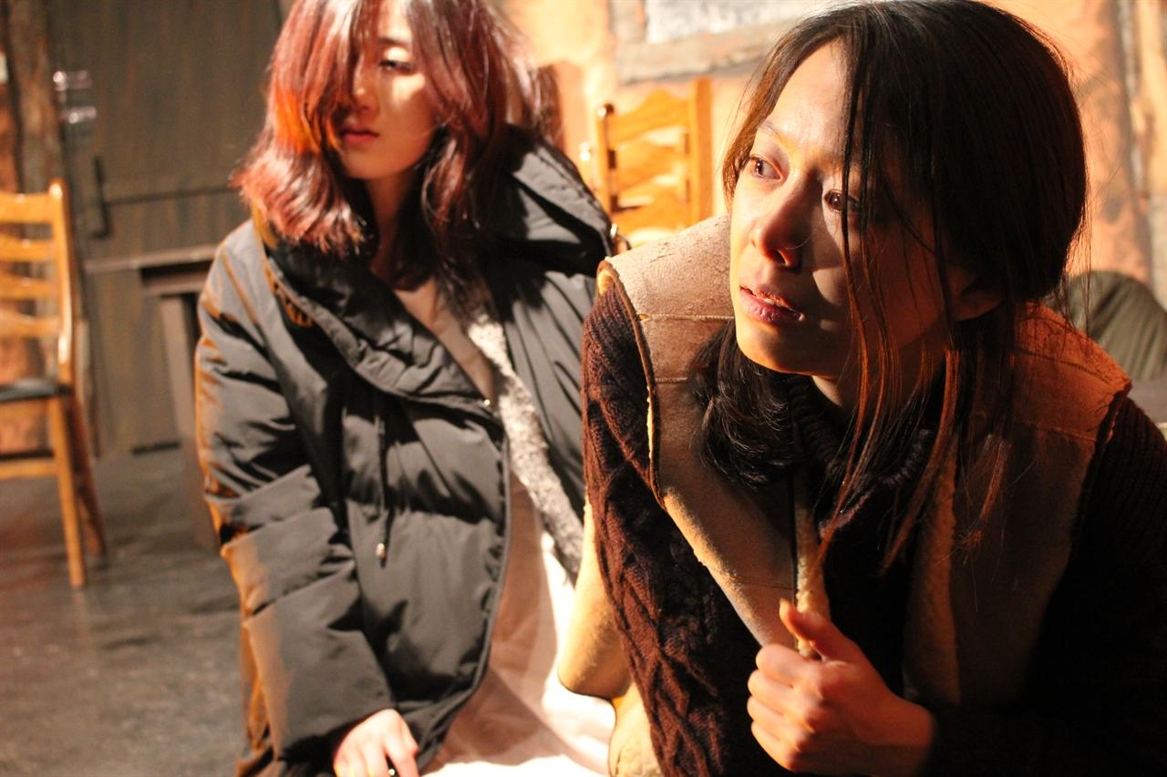 연기하는 모녀 어서오세요에서 열연하는 엄마와 딸