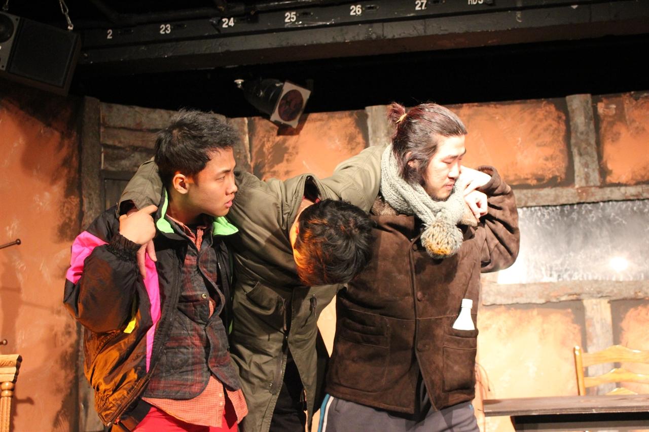 무대에서 연기하는 세 명의 배우  어서오세요에서 열연하는 아버지와 술집주인 그리고 술집주인의 아들