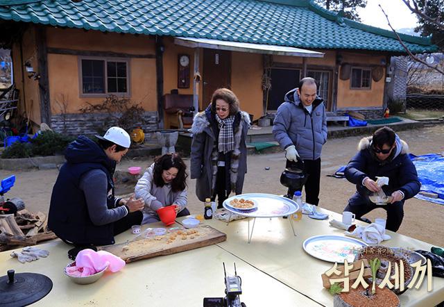 tvN <삼시세끼 - 정선편>에서 옥택연, 최화정, 윤여정, 김광규, 이서진(왼쪽부터)이 열심히 요리에 몰두하고 있다.