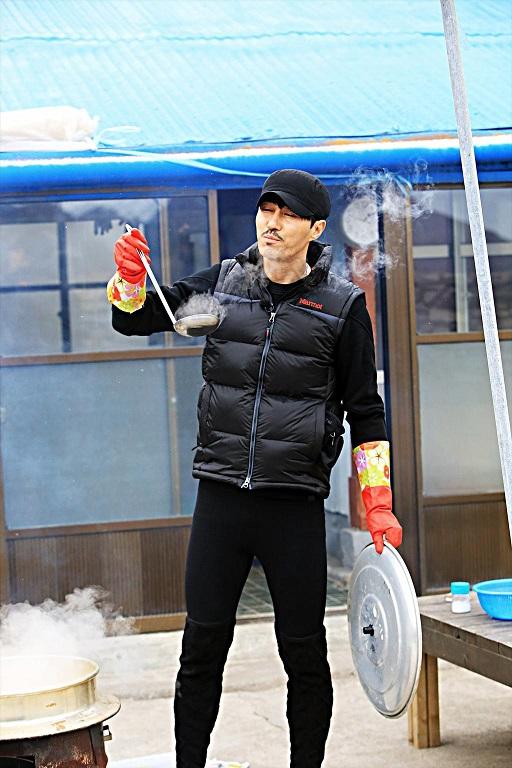 tvN <삼시세끼 - 어촌편>에서 차승원이 자신이 만든 요리의 맛을 보며 만족하고 있다.