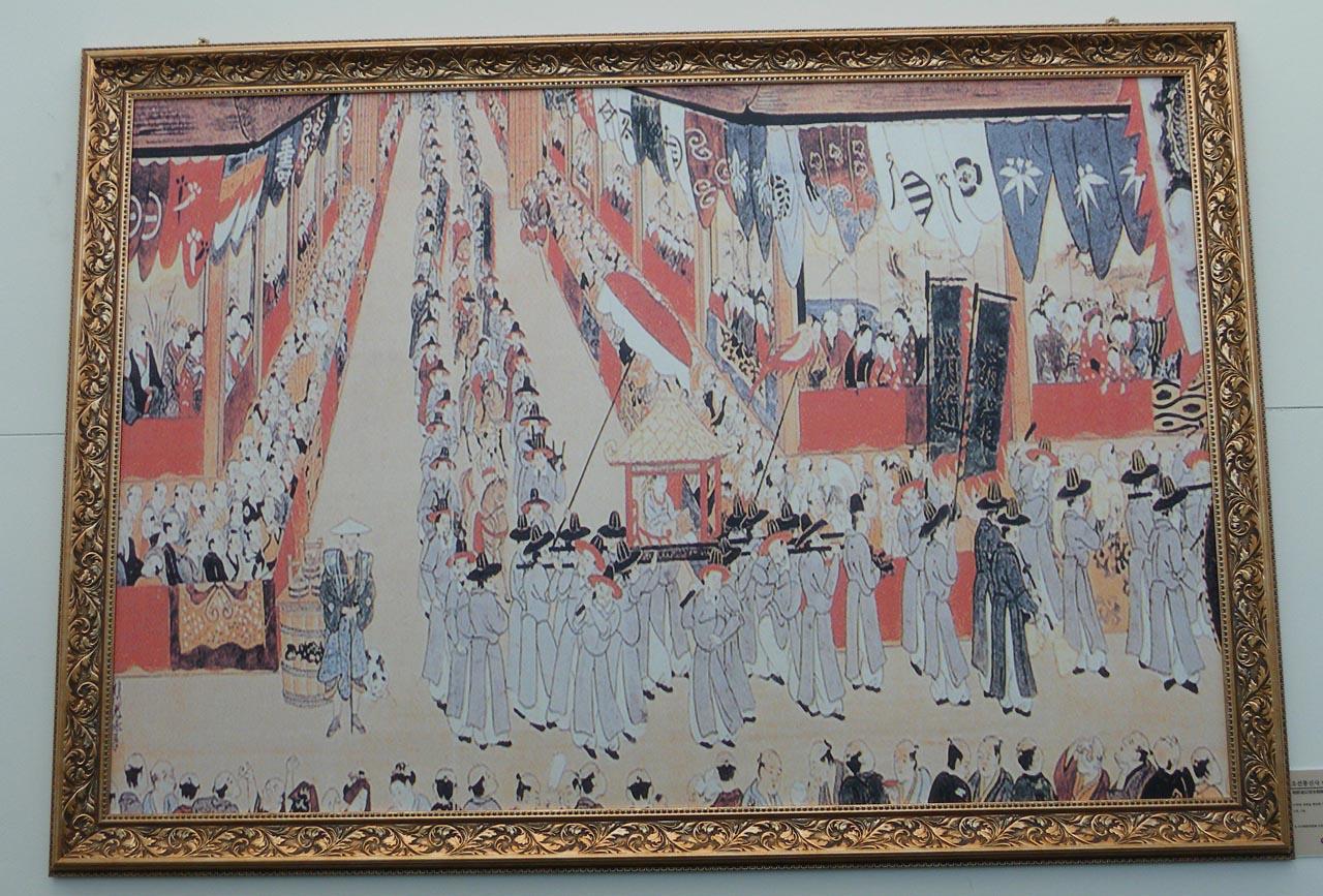 1748년에 일본을 방문한 조선통신사의 모습을 담은 그림의 복사본. 대구광역시 달성군 가창면 우록리에 있는 달성한일우호관에서 찍은 사진이다. 달성한일우호관은 임진왜란 때 조선에 투항한 일본 장군 김충선의 무덤 및 사당과 함께 있는 곳이다.