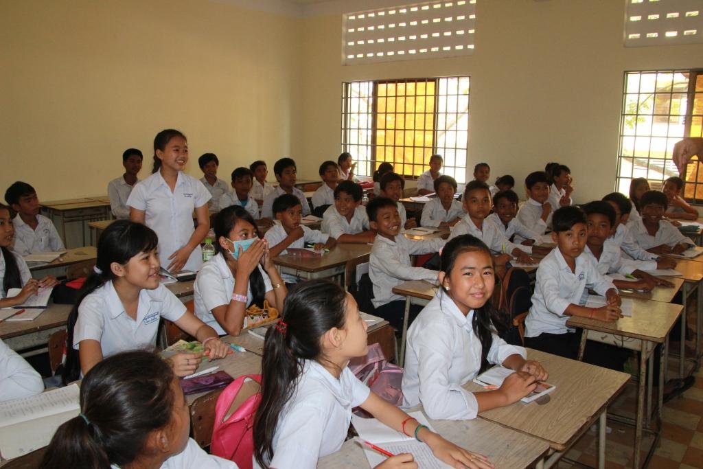 캄보디아 중학교 교실 전경 캄보디아 수도 프놈펜에 위치한 공립중학교 수업시간 모습