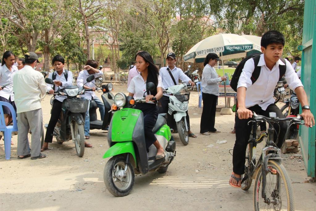 수업이 끝난 후 자전거나 오토바티을 타고 학교를 나서는 학생들 캄보디아도 교육열이 뜨거워 수도 프놈펜에서 중학교를 다니는 학생들중 절반 이상은 학원을 다닌다고 학교측은 설명해주었다.