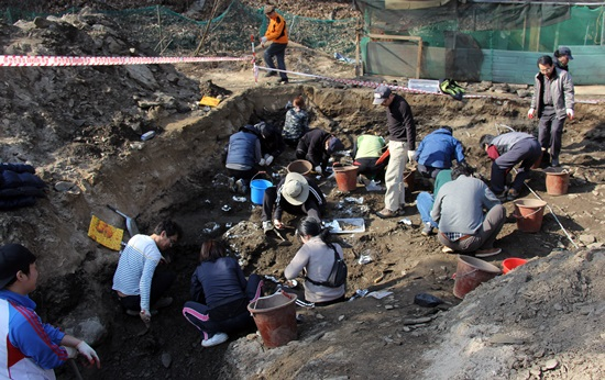 유해발굴 구덩이는 가로 2.5m, 세로 약 7m 정도다.
