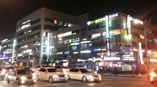 강남구 대치동 학원가의 모습. 밤 늦도록 불이 환하게 켜져 있다.