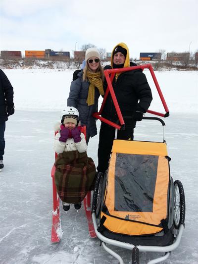 얼음 위 가족. 빨간 스키의자와 지지대는 무료로 사용할 수 있게 얼음 위 곳곳에 비치해놨다.