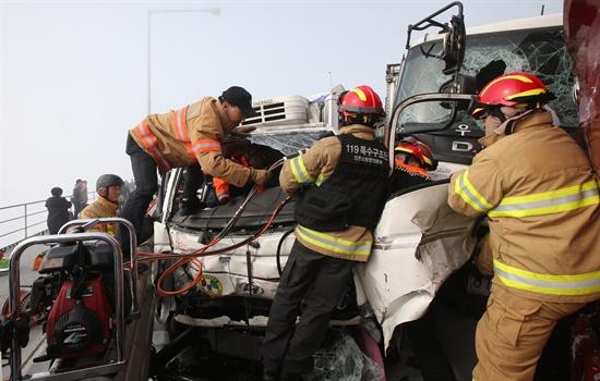뒤엉킨 차량들 11일 오전 인천시 중구 영종대교 서울 방향 12-14 km 지점에서 승용차 등 60여중 추돌사고가 발생, 차들이 엉켜있다.