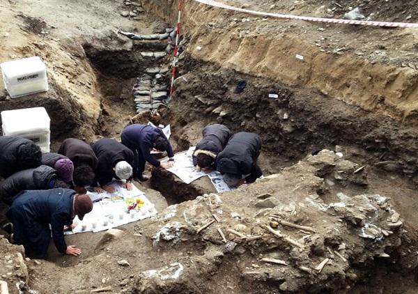 1일 오후 대전 산내유가족들이 유해를 수습하기 전 추모제를 지내고 이다. 앞쪽에 보이는 것이 희생자의 유해다.